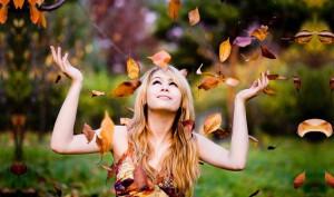 joie fille feuilles